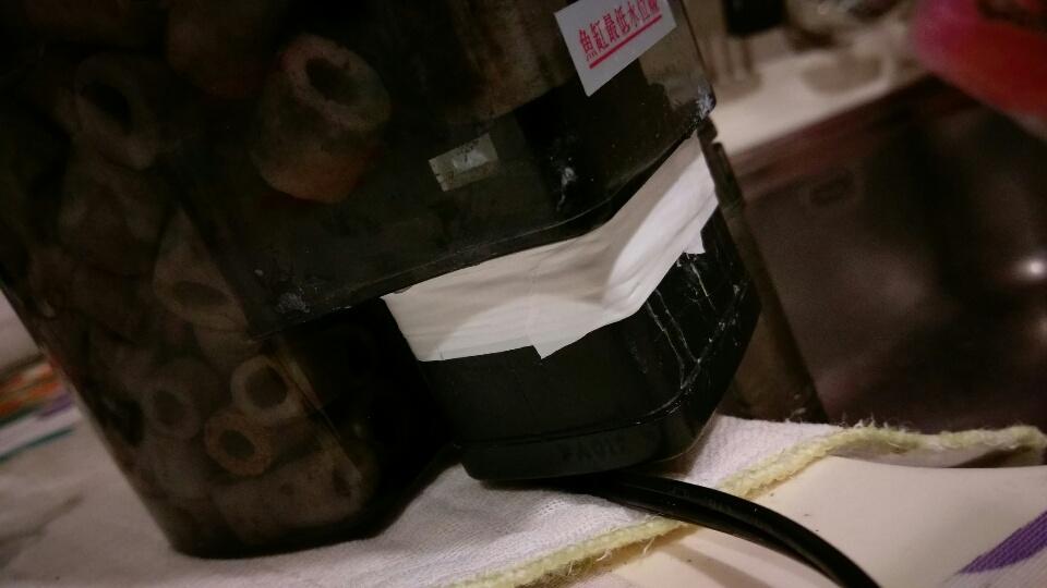哇哩咧~魚缸外掛式過濾器漏水了...
