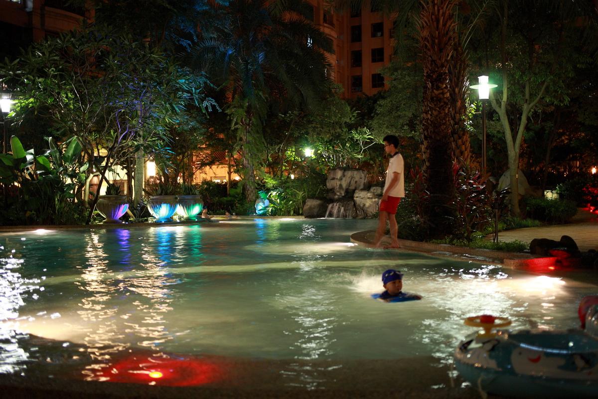 社區游泳池夜泳