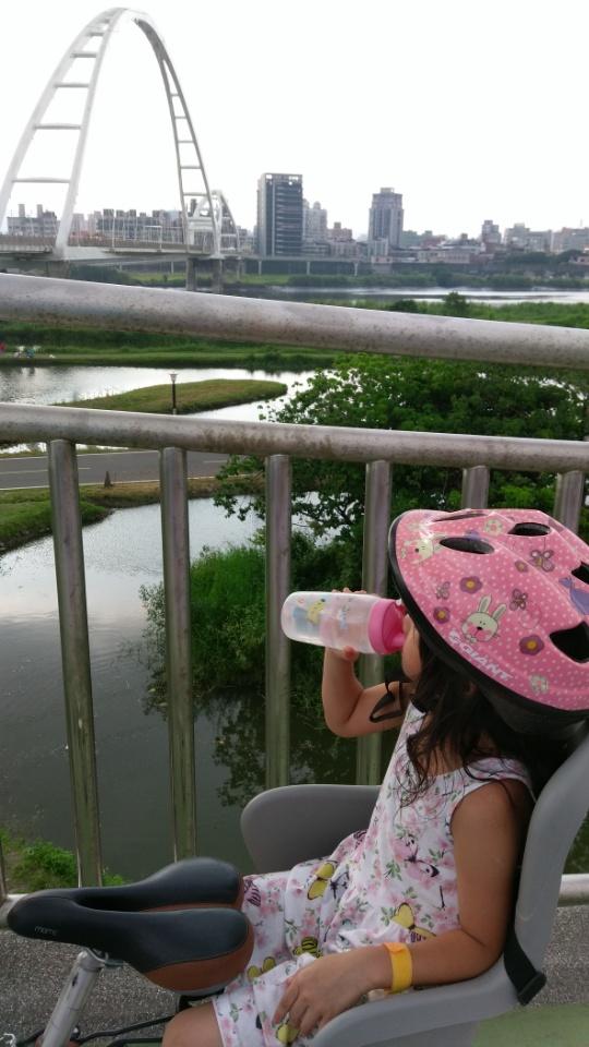 微涼的下午騎腳踏車到河堤溜溜>新月橋