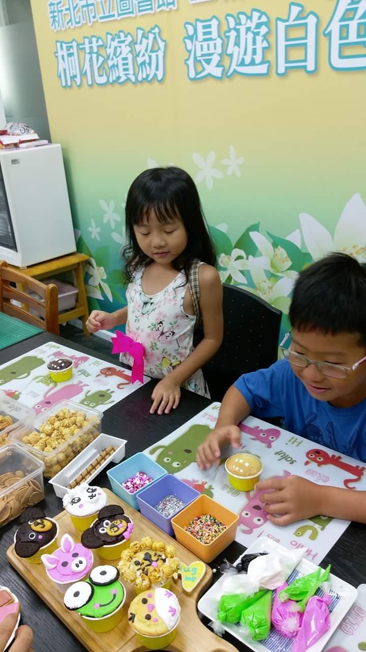 熱熱的天我們在土城圖書館看書&DIY杯子蛋榚活動