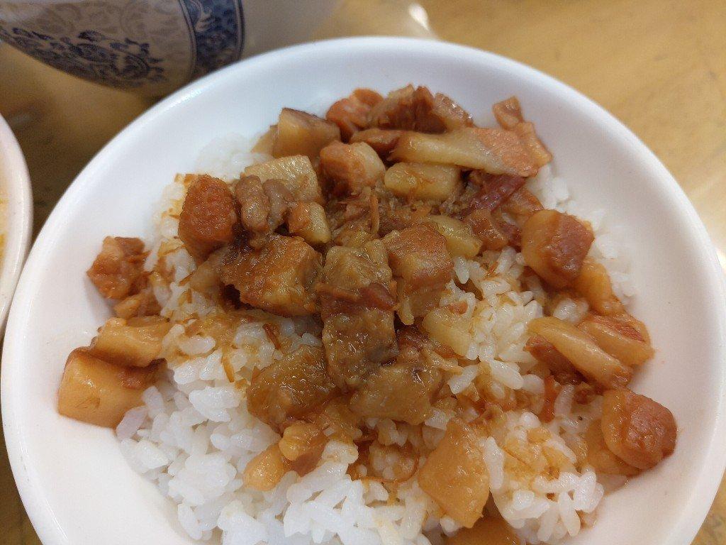 用餐時間最好不要來的土城陳家莊魯肉飯