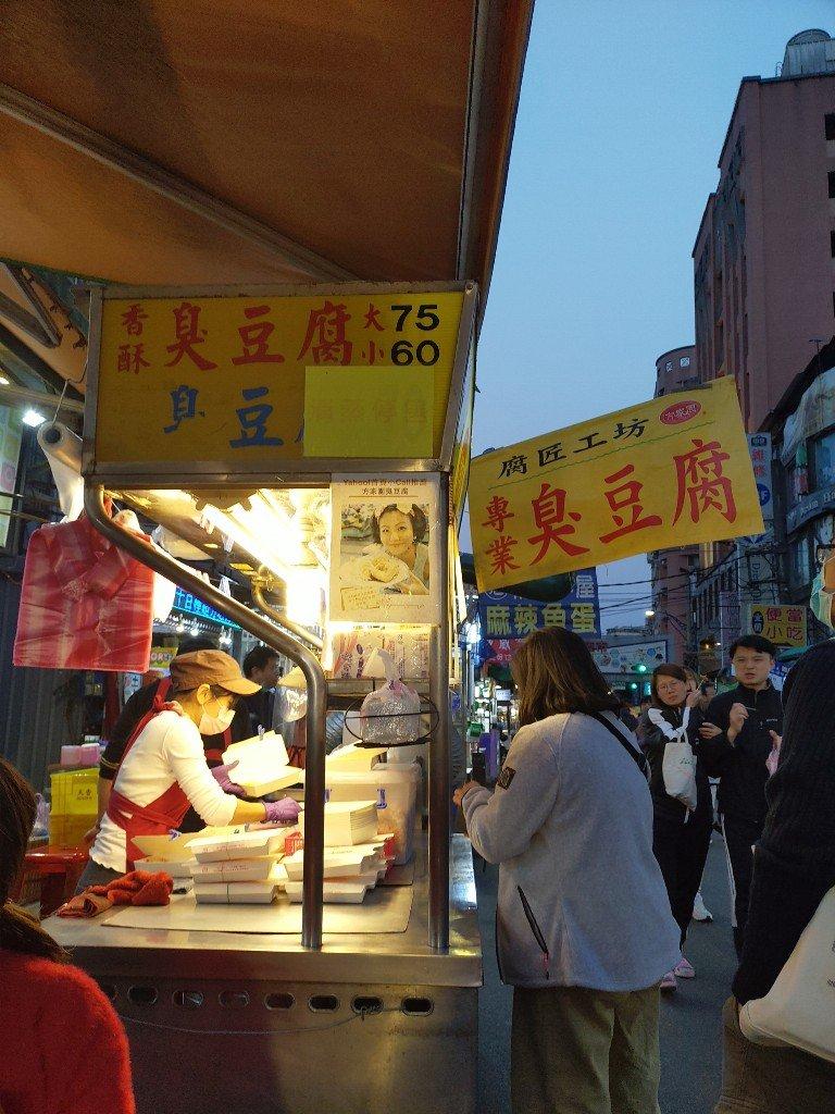 樂華夜市排隊美食!天使雞排與腐匠工坊臭豆腐